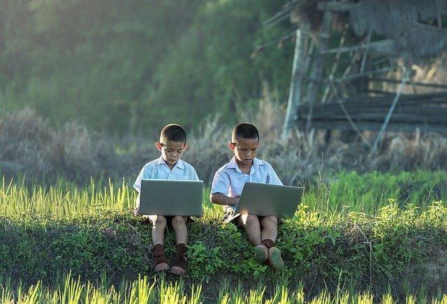 パソコンをする少年